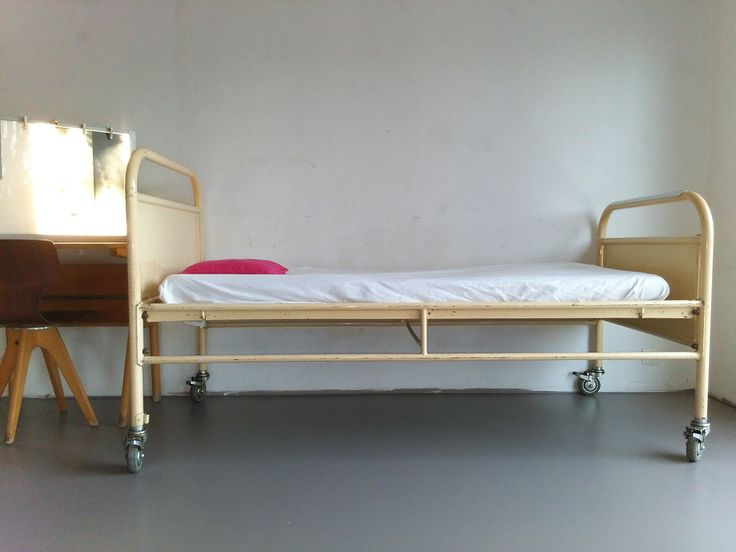 Vintage industrial metalen ziekenhuisbed.