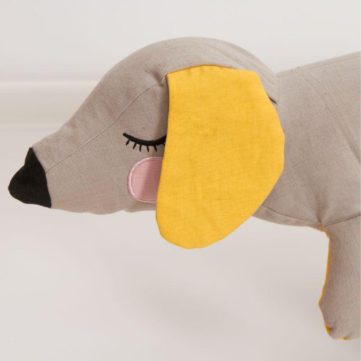 Mød LAZY LONG DOG fra Roommate - en kær og blød ven, som egner sig perfekt som sengerand eller som en hyggelig ven.