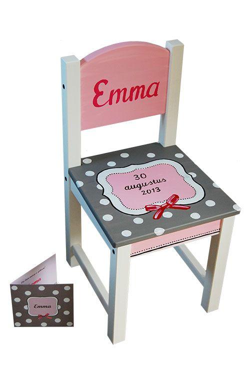 Kinderstoeltje met naam handgeschilderd naar aanleiding van een geboortekaartje! www.kinderschilderijen.nl