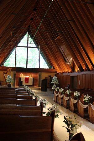 ホテル ブレストンコート近くにある「軽井沢高原教会」。澄みきった空気と美しい自然のなかにたたずむ教会です。…