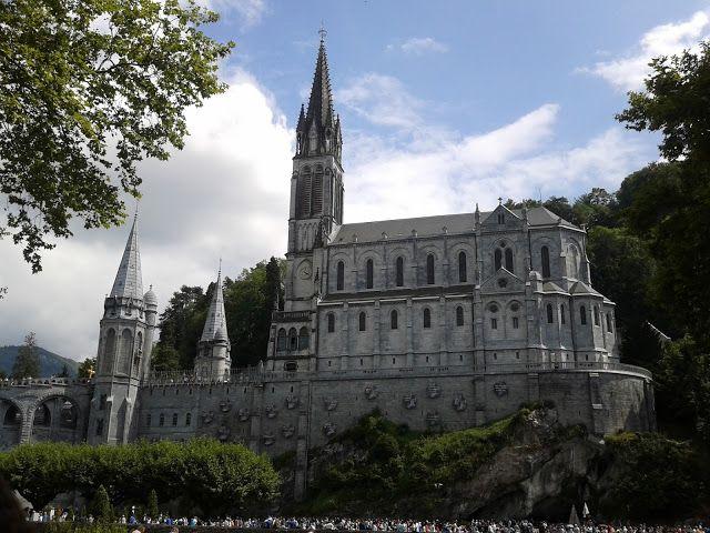 Грандіозний церковний комплекс - санктуарій Нотр Дам де Лурд (Sanctuaries Notre-Dame de Lourdes), мшсто Лурд