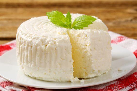 A Ricota Caseira em 2 Minutos é muito fácil de fazer e fica perfeita. Você temperá-la ou comê-la ao natural junto com torradas e pães e até mesmo utilizá-l: