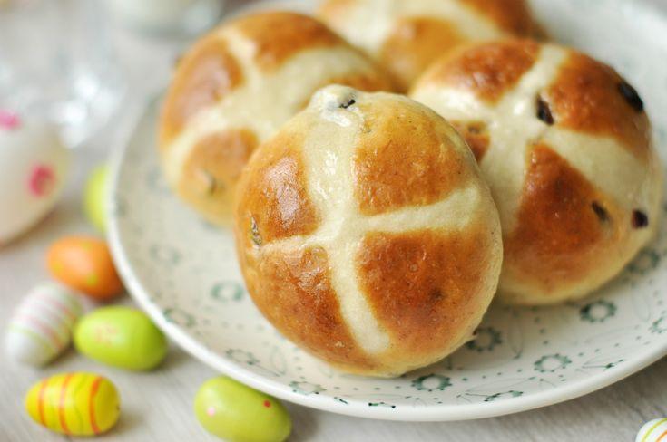 Mai édességünk egy igazi angol klasszikus, a hot cross bun, a tradicionális angol húsvéti zsemle. Az édes fűszeres zsemle gyönyörű csillogó barna színéről és a keresztről ismerhető fel. Angliában nagypénteki hagyományos édesség, melyhez számos babona is kötődik.