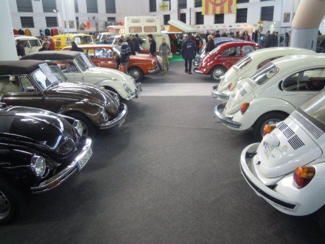 """Uno de los mayores stands de la feria era el dedicado a la marca alemana Volkswagen, donde se pudieron ver diferentes versiones del conocido """"Escarabajo"""", y las tradionales furgonetas """"Hippies"""", entre otros vehículos."""