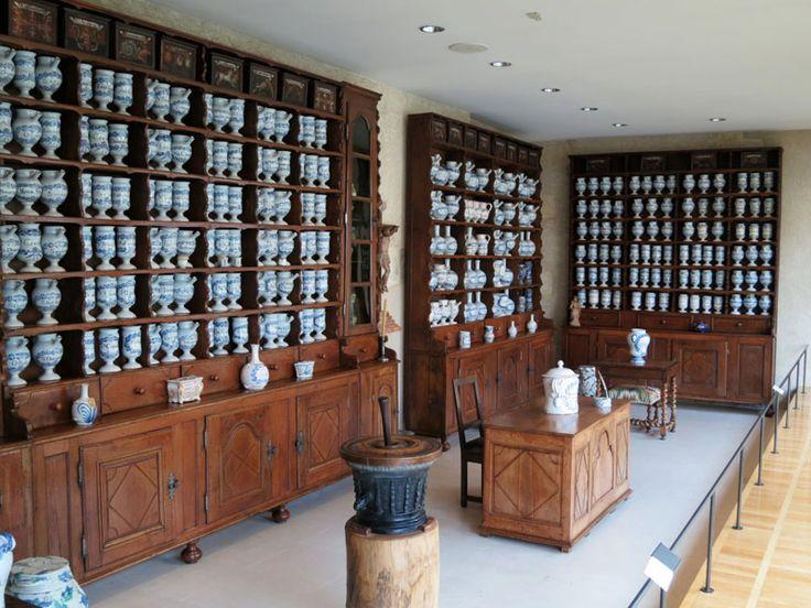 Le musée de l'hospice Saint-Roch, installé dans l'ancien Hôtel-Dieu d'ISSOUDUN.......FRANCE.......L'Apothicairerie (17e-18e) a été réinstallée à son lieu d'origine fondée en 1646). Une des plus belles et complètes de France. Elle présente 379 pots de pharmacie en faïence blanche de Nevers, ainsi que 31 boites en bois décorées, mortiers, instruments de chirurgie, et bibliothèque..........