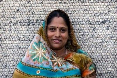 Vinita      We zijn super #trots op ons #Sukhi #team!  In #India worden aan onze wollen lus kleden gewerkt, maar ook aan onze #stenen #kleden, vervilte wollen draden kleden en vilten blaadjes kleden! Een groot team dus! #Funfact: Alleen in India werken er ook #mannen aan onze kleden! Waar normaal gesproken alleen #vrouwen aan onze Sukhi #vloerkleden werken! | Sukhi.nl