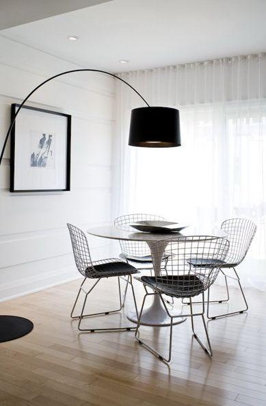 Jolie salle à manger pleine de lumière et de légèreté grâce aux Wire Side Chair…