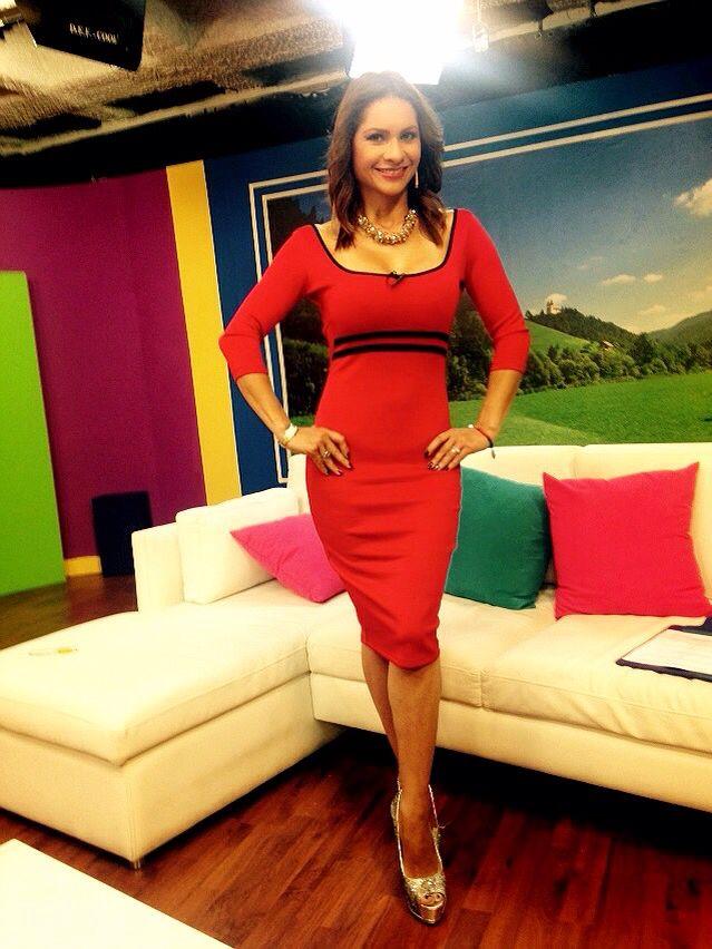 @yokrix sabe identificar que mi color favorito en #outfit es el rojo. Moda #Colombiana bien linda. Que bien!!! #AmoMiTrabajo