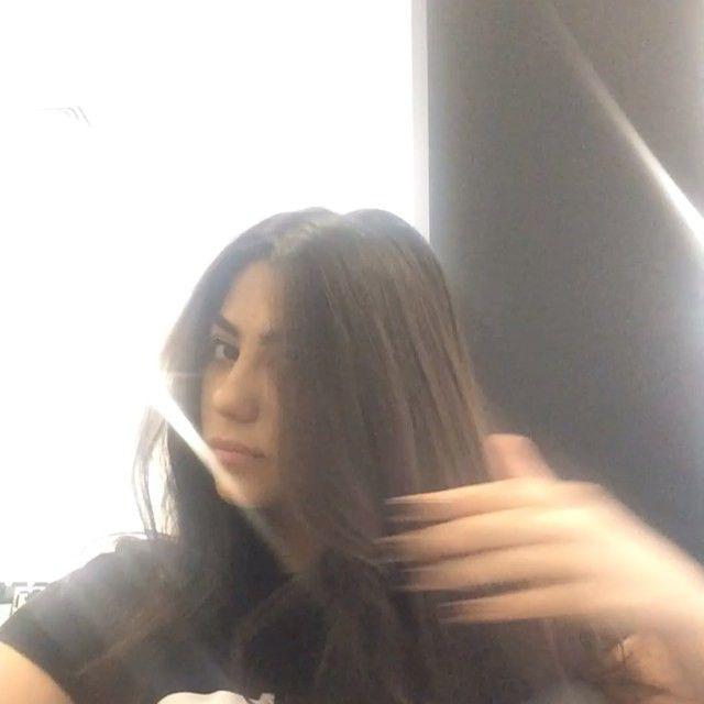 1-Расчешите волосы; 2-Начешите макушку,чтобы придать волосам объем  3- Разделяем волосы не две части (а-затылочная зона, б-челка) 4 -Собираем шевелюру в хвост с помощью резинки (модно создать локоны внутри хвоста) 5- Выбираем пробор; накручиваем  челку и набережно закладываем ее к основанию хвоста  5- Либо оставляем хвост из локонов, либо закручиваем хвост в жгут и обматываем вокруг основания хвоста,закрепляем шпильками прическу. Торчащие и мешающие кончики расправляем и закрепляем лаком…