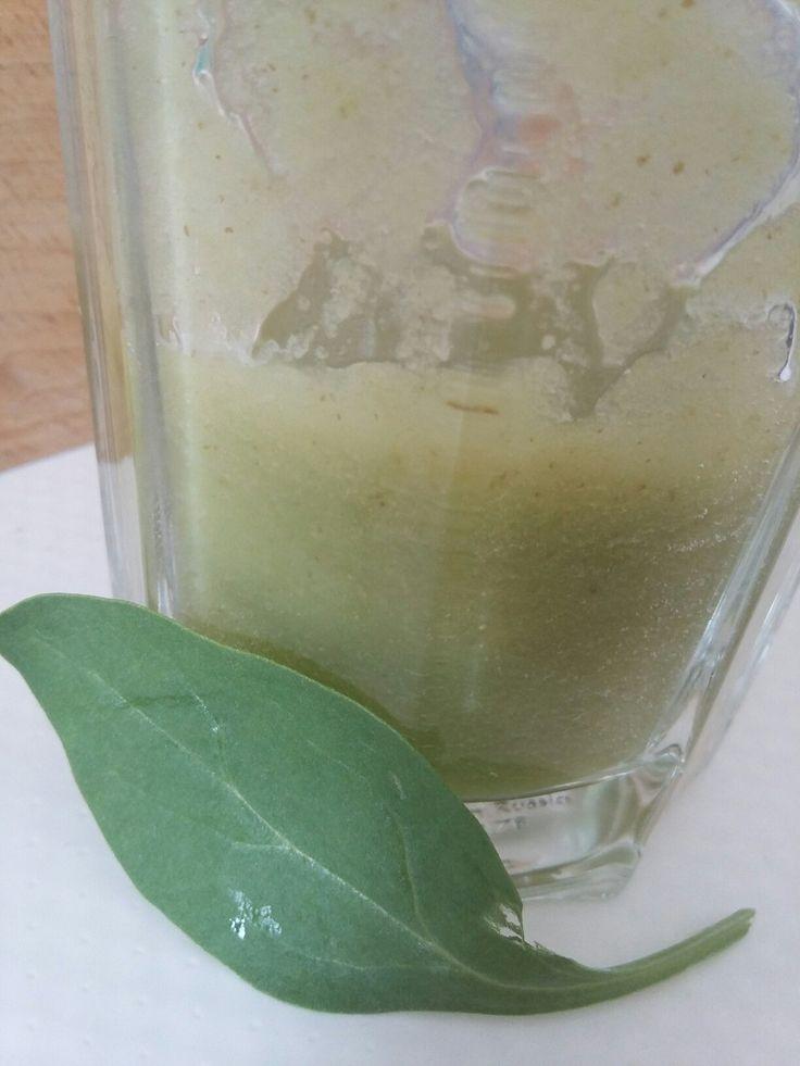 SMOOTHIE  hruška, 1 jablko, 1/2 kedlubny, hrst baby špenátu, voda, led