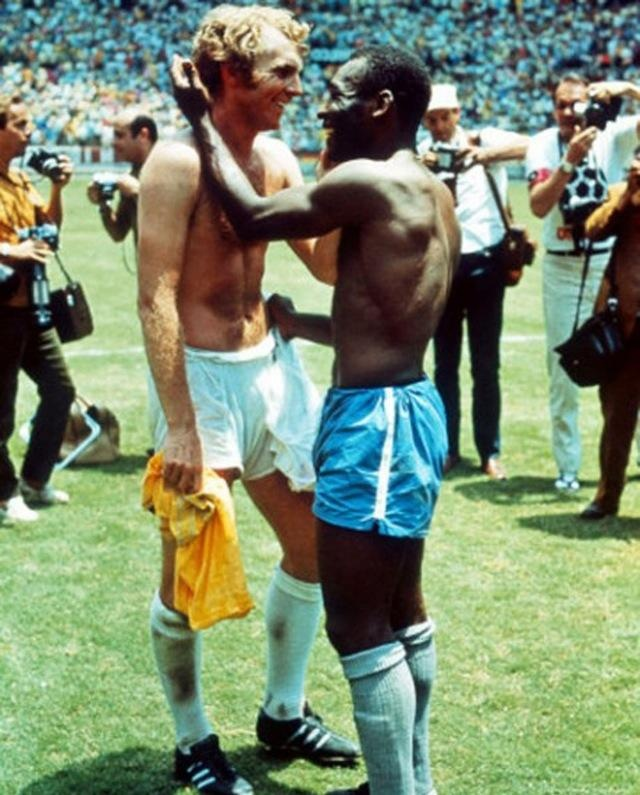 Bobby Moore and Pele exchanges jerseys @ 1970 World Cup