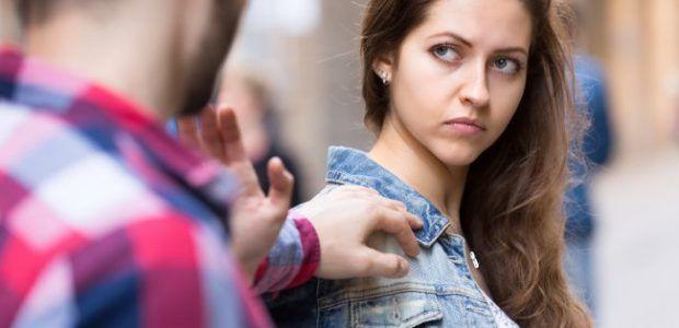 ¿CUÁNDO LA COQUETERÍA SE CONVIERTE EN ACOSO? -  ¿Cuál es la diferencia entre coqueteo y acoso sexual? ¿Cuándo un halago o piropo deja de serlo y se convierte en acoso?    Todas nos sentimos alagadas cuando le parecemos atractivas a alguien, cuando despertamos interés en algún hombre, cuando simplemente nos sentimos deseadas o admiradas. Recibir miradas, elogios o muestras de coquetería, o incluso caricias, no tienen nada de malo siempre y cuando estemos de acuerdo en recibirlas, y cuando…