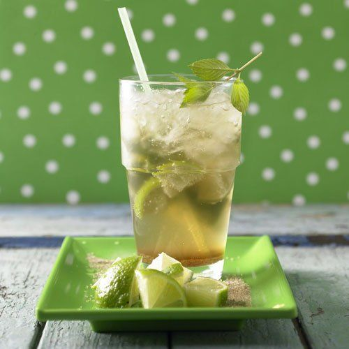 """Virgin-Mojito (ohne Alkohol) Ganz jungfräulich und ohne Alkohol kommt der Virgin-Mojito daher. Er ist perfekt für Fans von Caipirinha und Co., die mal wieder alkoholfreie Cocktails genießen wollen. Das Ginger Ale, die Minze und das Crushed Ice erfrischen schön! Vorteil: Rezepte wie dieses garantieren Genuss bei 0,0 Promille. <a href=""""/rezepte/rezepte/virgin-mojito"""">Zum Rezept: Virgin-Mojito (ohne Alkohol)</a>"""