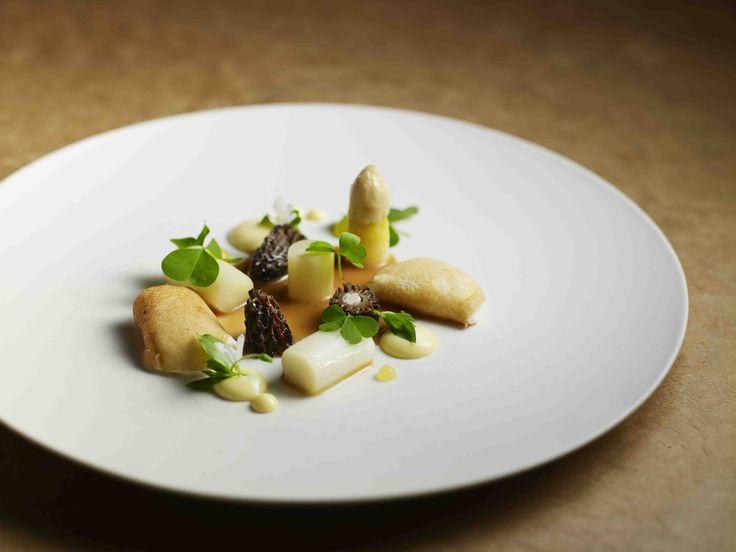 Morilles farcies à la caille, œufs de cailles, purée de Parmesan, asperges blanches et sauce aux morilles - Restaurant SOLA ©Benoit Martin