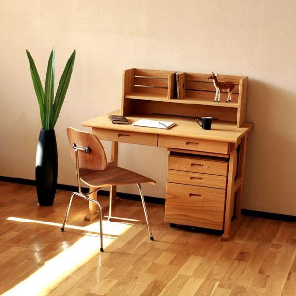 タモ独自の美しい木目と肌触りを存分に感じ取れる机。塗装には透明の自然オイルを使用していますので、環境に優しく、長く使えば使うほど味のある色合いに変わります。 小学校から大学、また大人の書斎机としても使用できます。お子様の成長とともに長年安心して使っていただけるデスクです。1.デスク本体「婚礼箪笥ならではの桐材の引き出しを2杯、また机横にカバン掛けを2個セットしてます。」2.本立「3個口のブレーカー機能のあるコンセントを完備。パソコンなどに重宝します。」3.ワゴン「昇降式天板を仕様、机のスペースが、なった時に重宝します。一番上の引出には鍵がセット、大切な思い出の物等を保管できます。(鍵は2つ)一番下の引き出しには仕切り板をセットしています。」 この商品はわたしたち家具メーカー「野中木工所」で自社生産した商品になり、約半世紀に渡り家具の名産地、福岡県大川市で熟練の職人たちが誇りを持って高級婚礼家具の技術で製造してきた製品です。 (検索キーワード:,学習机,勉強机,学校,スクール,書斎,作業,工場直売 天然木 多機能 学習デスク)