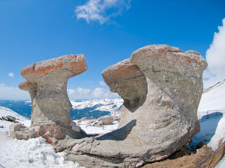 """Babele sunt formațiuni stâncoase situate în apropiere de vârful Baba Mare (2292 m), situat în masivul Bucegi din Carpații Meridionali. Babele sunt """"martori de eroziune"""", formate prin erodarea eoliană diferențiată a diferitelor strate geologice în care sunt sculptate (conglomerate cretacice) și se găsesc în imediata vecinătate a cabanei cu același nume."""