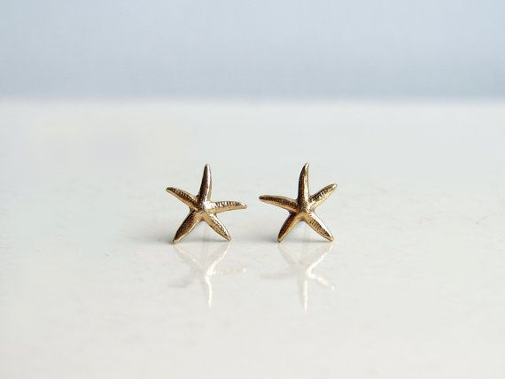 Teeny Tiny Starfish Earrings. Brass Starfish Stud por PetitBlue, $15.00