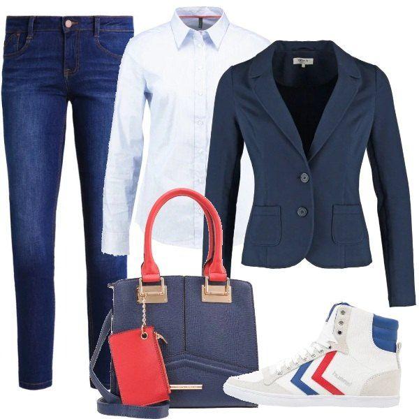 Outfit classico, jeans blu abbinati alla camicia azzurra con profili rossi, blazer a due bottoni, insolite sneakers alte e borsa con manici che riprende i colori degli abiti.