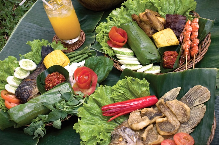 Rice wrapped in Banana leaves, accompanied by delicious fried fish, chicken, tofu, and shrimps, and complemented with fresh vegetables and the fiery chili sauce:  this is the Nasi Timbel, a signature Sundanese dish from West Java.