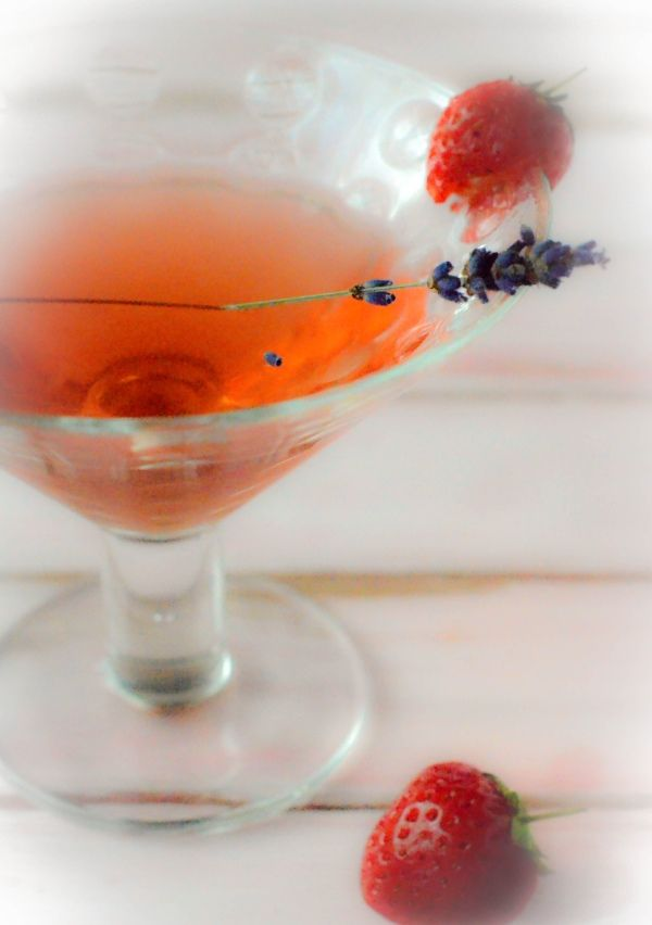 a simple recipe for fruity strawberry & lavender flavoured gin drink