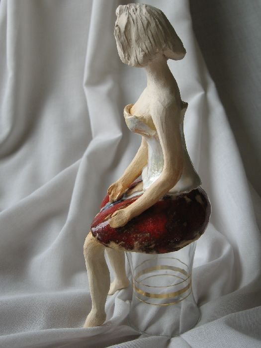 Siedząca baletnica - rzeźba ceramiczna ręcznie robiona