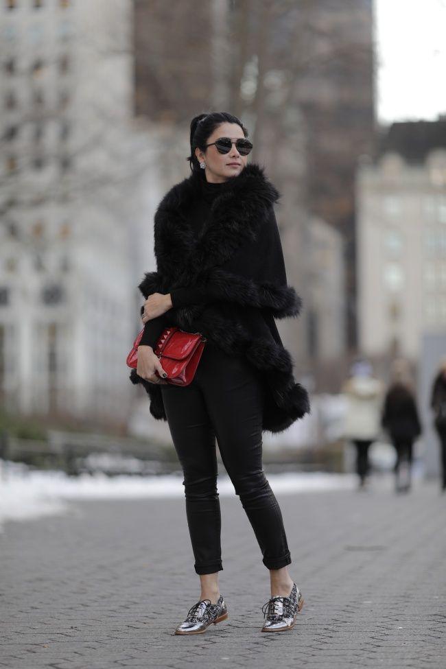 Look de inverno Constanza Fernandez: ALL BLACK! Nessa produção usou uma bolsa colorida vermelha e um sapato diferente prateado
