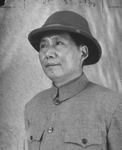 Mao's attire with a hat, allegedly given my Zhou En-lai upon his boarding the plane.