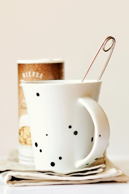 DIY: dotted cup: Teas Time, Polka Dots, Memorial Cups, Cups Of Teas, Dots Cups, Teas Mugs, Diy Projects, Black Spots, Crafts