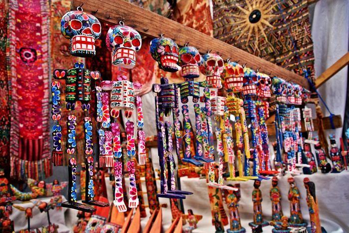 W Gwatemali kolorowe figurki kościotrupów symbolizują dzień zmarłych.