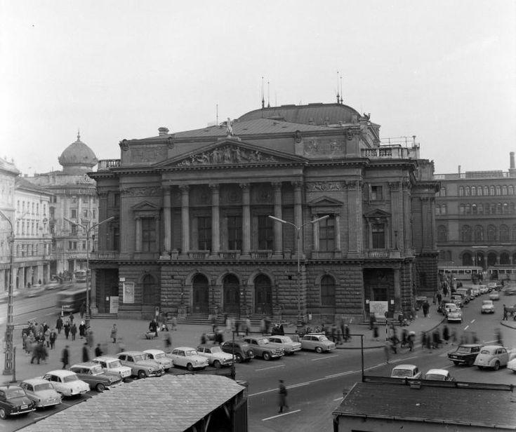 Blaha Lujza tér, Nemzeti Színház.