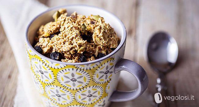 La granola vegana di amaranto e avena è una ricetta semplice che potrete conservare in casa per una colazione energetica e sana. Ecco la ricetta per te