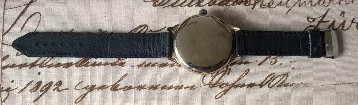 Molnija huwelijk horloge - mannen - 1970s  USSR analoge horloge door Molnija.Bekijk ongebruikte toestand!Dit horloge heeft omgevormd van een zakhorloge geproduceerd in de Sovjet-UnieHet horloge maakte in Tsjeljabinsk Watch FactoryVolledig origineel.Geval klassieke speciaal aangepast aan dit model.Groot geval vernikkeld staal diameter bedraagt 52 mm dikte 14 mm.Mineraal glas en spiegel polijsten achterste schutblad.Oorspronkelijke handenOriginele kroonBeweging nauwkeurig /-15 sec per…
