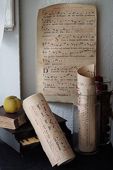 流るるネウマ譜-antique paper scoreその昔は記憶を頼りに伝承されてきた聖歌、もっと確実に音を後世に伝えたい思いが譜面という形に。13世紀頃広く定着した4本線のネウマ譜楽譜、聖歌は1オクターブの音域で歌える事から4本線で事足りたのだとか。それでも未だリズムや音の長さを表す記号は記されていなかったのだから、各国各地域で 響く讃美歌の独自性や個体差大きかったのでは。大きな聖歌本を切り取ったと思われるそれぞれ、ページは飛んでおり両面印刷になり、羊皮紙ではなくややごわっとしたコットン混合の紙の聖歌になります。