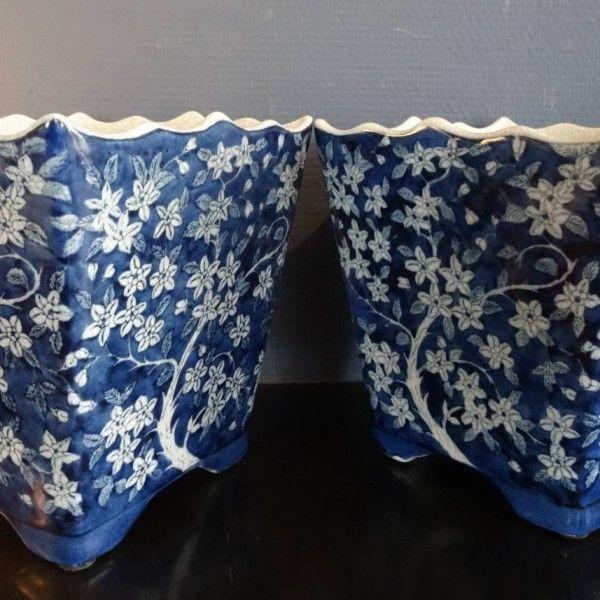 G & C , twee blauw wit porseleinen jardinieres op blauw porseleinen voetjes met geschulpte rand