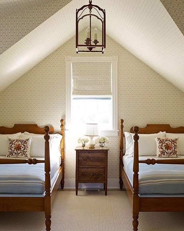 Twin beds and cottage style! designed by @katieridderinc ( # @upcountryliving via @latermedia ) #mycountryhome #countrybedroom #wallpaperideas