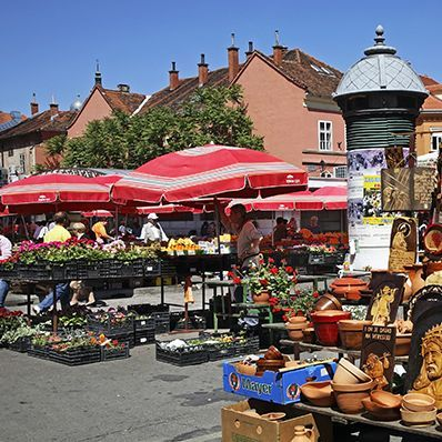 #colorful & noisy Dolac #zagreb offers a variety of homegrown fruit, diaries, local honey🐝 handmade ornaments and a little further, fleshly cut flowers🌸🌺🌸 check out 👉https://itunes.apple.com/gr/app/travelgems/id1236117695?mt=8 #travelgems #croatia #traditional #local #destination #croatiafulloflife #travel