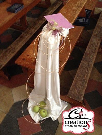 Addobbo banchi Wedding nei colori vinaccia e verde mela. Allestimento chiesa per il matrimonio dai materiali davvere nature, mele fresche, midollino e carta riciclata, by C&C Creations Eventi