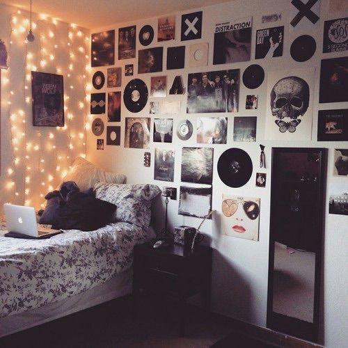 Chambre ado avec guirlandes électriques et des tas de trucs sur le mur, comme des photos, des posters ...