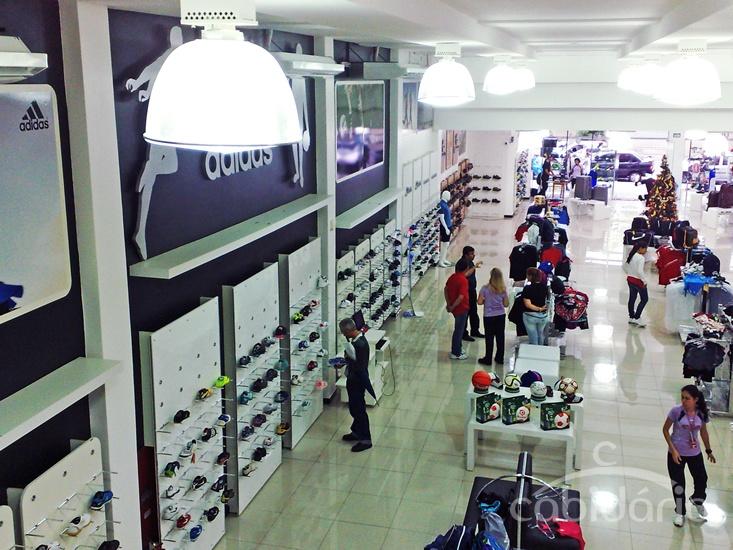 Loja de calçados e artigos esportivos. Projeto com linha Click-encaixe