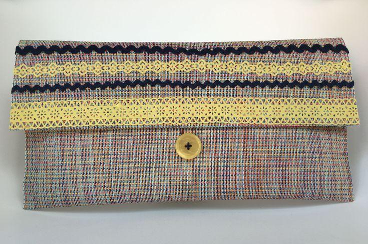 Bolso de mano realizado con un mantel individual. Podéis ver como se hace en mismanitasblog.com  es muy sencillo