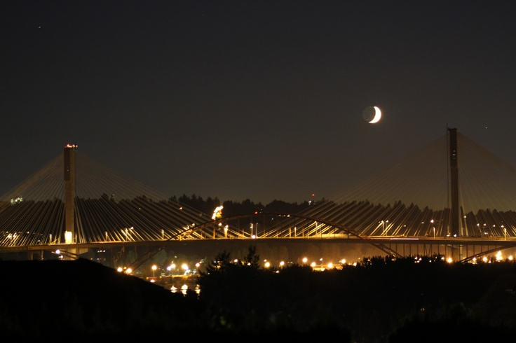 Crescent moon between the pillars of the superbridge with the steel arch of the old bridge in the foreground. (C) 2012 P. Vogel