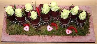 blad om wc kokertjes wikkelen met zilverdraad de kokertjes in schuim drukken mos er om heen en dan mooie bloemen in de kokertjes voorzicgtig in het steekschim steken