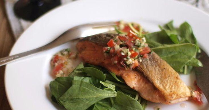 ノンオイルのビネグレットソース風を添えた鮭のムニエル。ソースに加える野菜はお好みで。他のお魚やお肉でも◎
