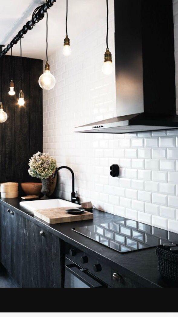 Keuken witte metro tegels met zwarte afzuigkap
