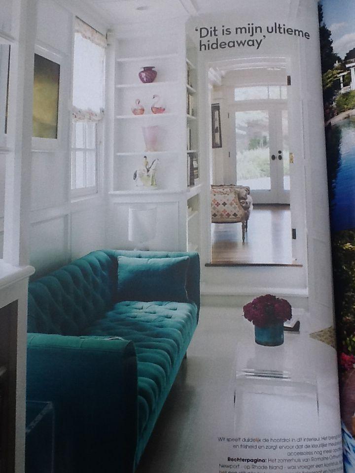 Wit schilderwerk met kleurrijke meubels