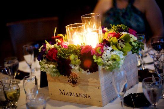 Décoration florale et bougies caisse à vin