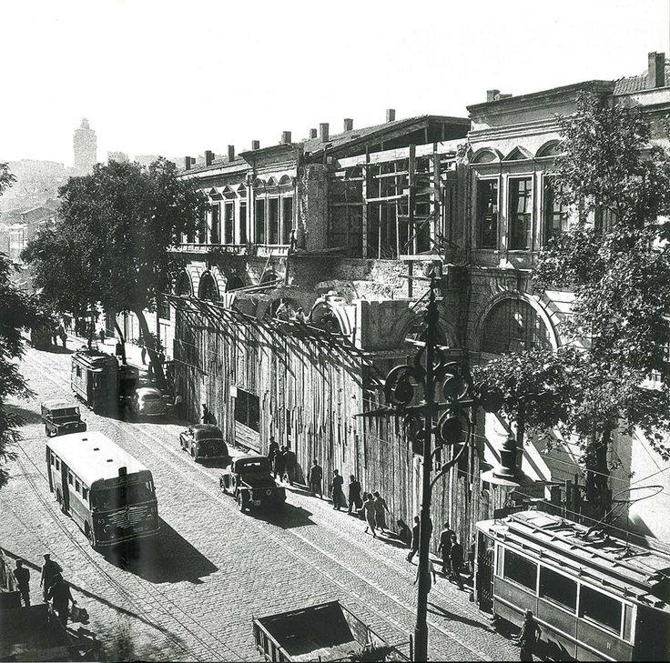 Tophane. Sağ tarafta yıkılan ve günümüzde bulunmayan Müşirlik Dairesi...1958 (Fotoğraf: Ara Güler)