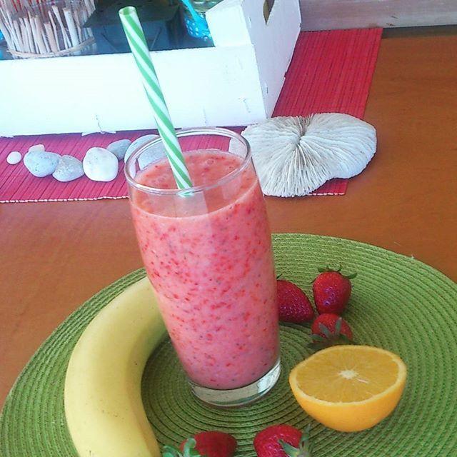 Η εποχή της φράουλας ξεκίνησε επίσημα! *1 ώριμη μπανάνα (όχι σαν αυτή που βλέπεις δηλαδή. Η ώριμη μπανάνα απ' έξω δείχνει να είναι ένα βήμα πριν τον κάδο σκουπιδιών, αλλά όταν την ανοίξεις σου δίνει ένα άρωμα αξεπέραστο. Καμία σχέση με την κίτρινη που είναι καλή μόνο για φωτογραφιση), 4-5 φράουλες, χυμό 1 πορτοκαλιού και 1/2 λεμονιού, 1/2 κουταλάκι σπόρους chia (ή και όχι) και πάγος στο multi. Πατάς το κουμπί.  #smoothie #strawberry #orange #lemon #chia #banana #vitaminc #κάτι_νόστιμο