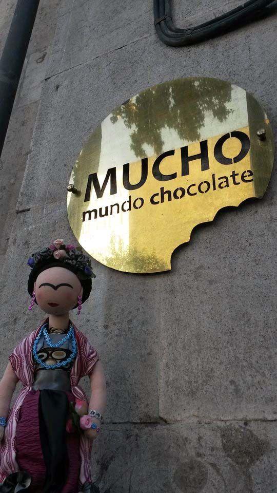 Frida en la entrada del Museo del Chocolate.