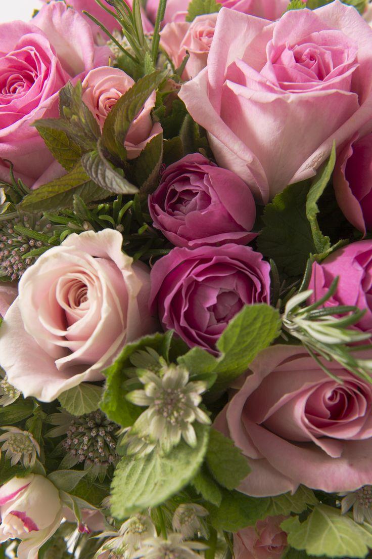 Roses rose clair et rose foncé - Bouquet Summer Collection Créateur de juillet/août 2014 par Nicolas Rosière, membre du Collège d'Art Floral et fleuriste chez Gil Boyard Interflora France © Matthieu Langrand